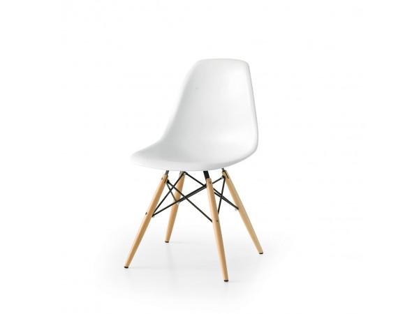 Καρέκλα σε λευκό χρωματισμό και ξύλινα πόδια.